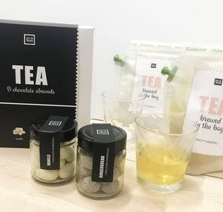 thee cadeau pakket met thee , glazen en chocolade amandelen