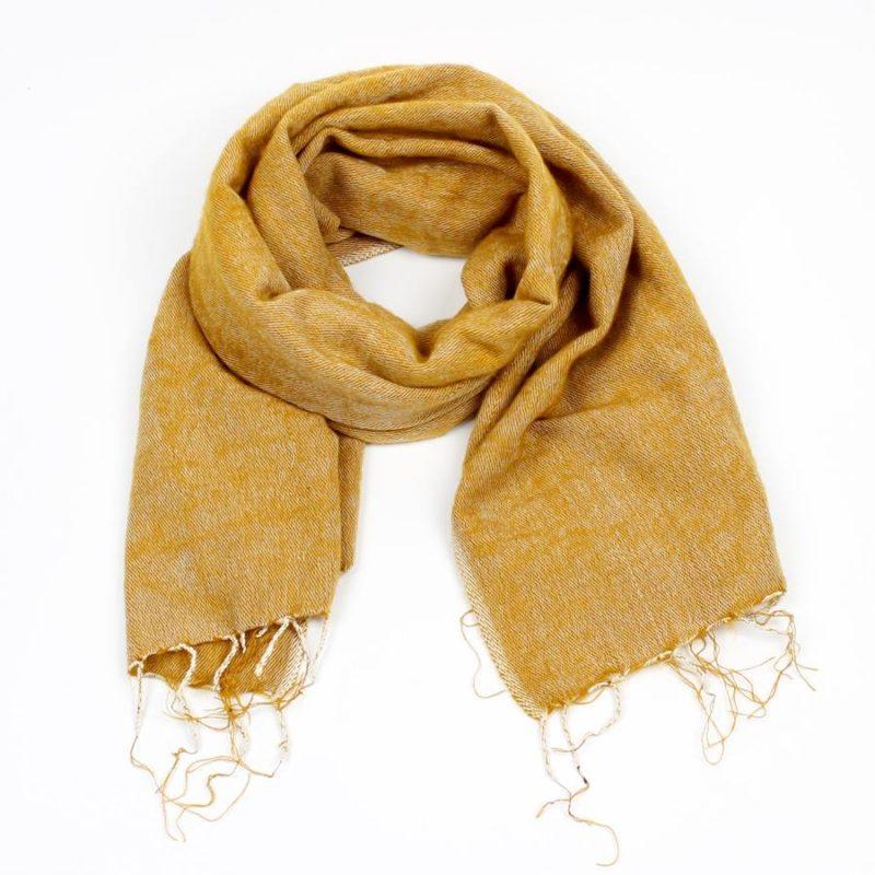sjaal van sjaal met verhaal in okergeel fairtrade uit nepal