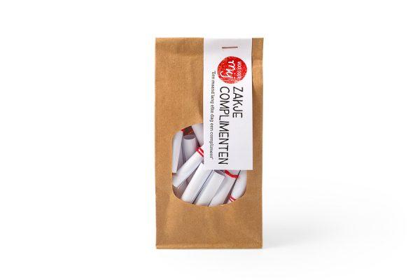31 Opgerolde complimenten in een zakje bruin zakje met een venster. Leuk cadeau om voor elke dag van de maand een compliment weg te geven