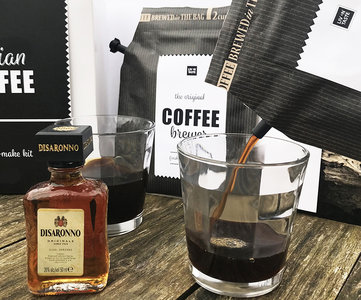 Een origineel koffie cadeau met amaretto en koffieglazen in een zwart wit cadeauverpakking