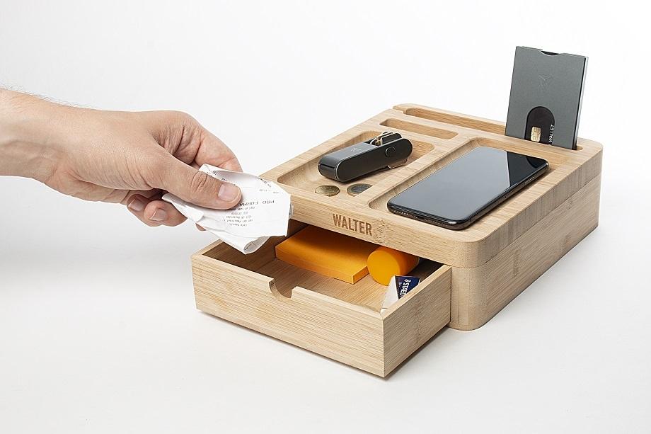 Bamboe pennebak duurzaam met een laadje voor op het bureau met een oplaadfunctie voor de telefoonmerk Walter, het laadje wordt door een hand opengetrokken