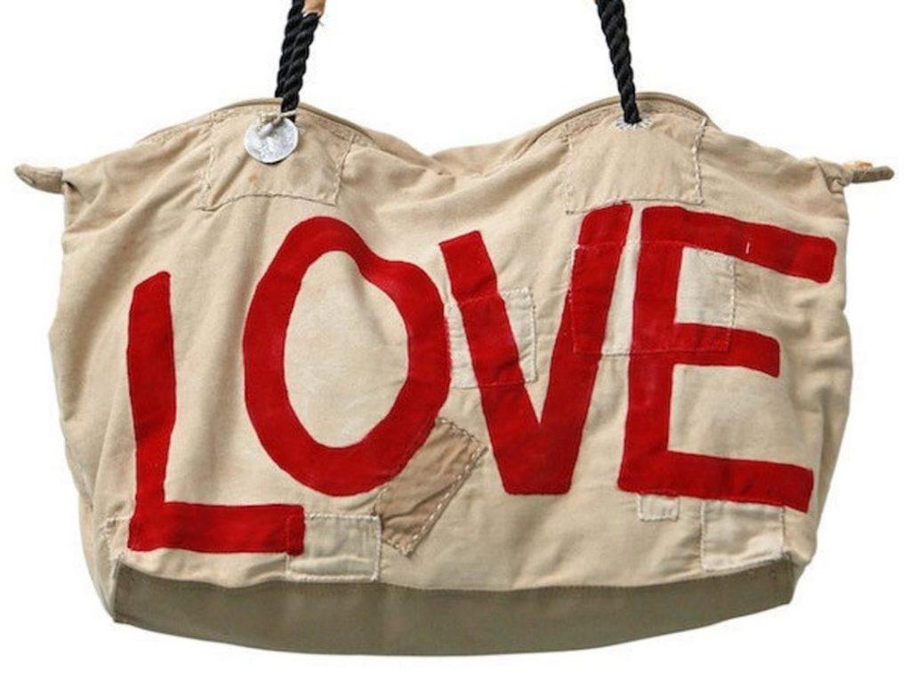 Weekendtas opdruk LOVE van het fairtrade tassenmerk ali lamu uit Kenia