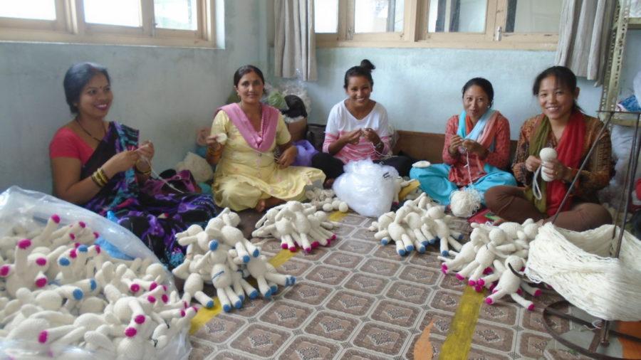 dames nepal zittend op de grond aan het naaien
