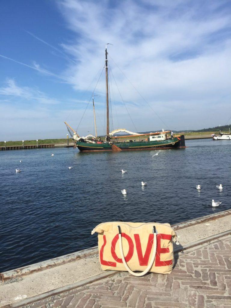 Love tas van ali lamu met schip op de achtergrond en meeuwen