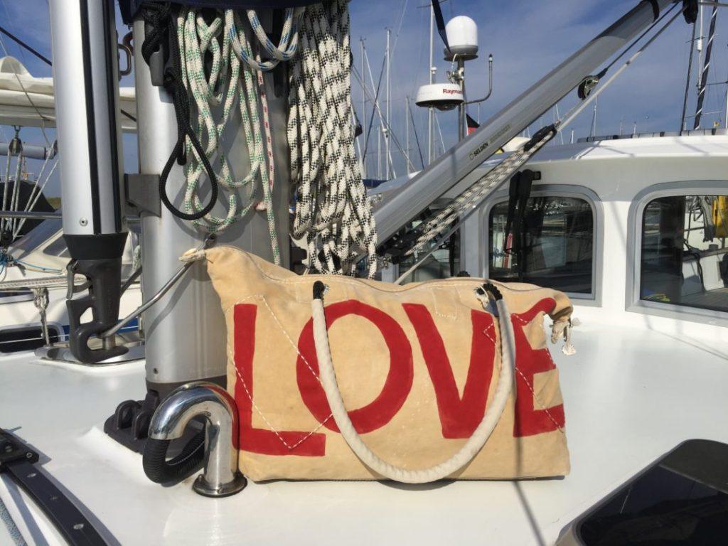 tas ali lamu op een zeiljacht met opdruk Love