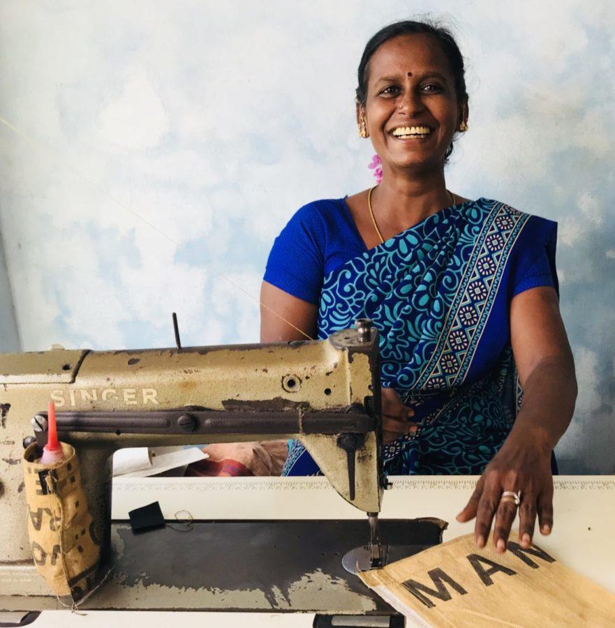 dame in India achter naaimachine