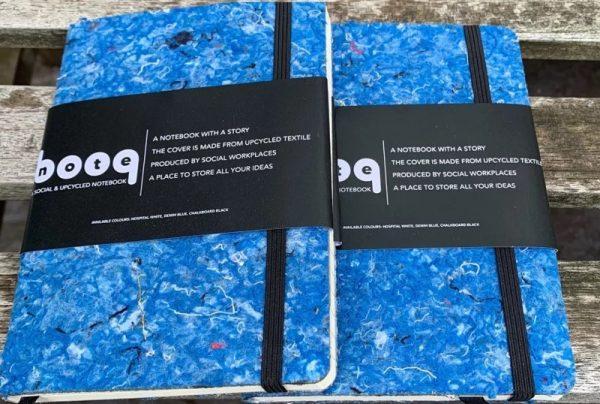 2 notitieboekjes blauw duurzaam gemaakt van gerecyclede spijkerbroeken jeans met een zwart elastiek en banner