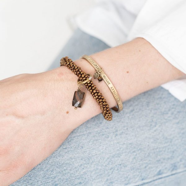 handgemaakte sieradem 2 fairtrade armbanden van a beautiful story goud