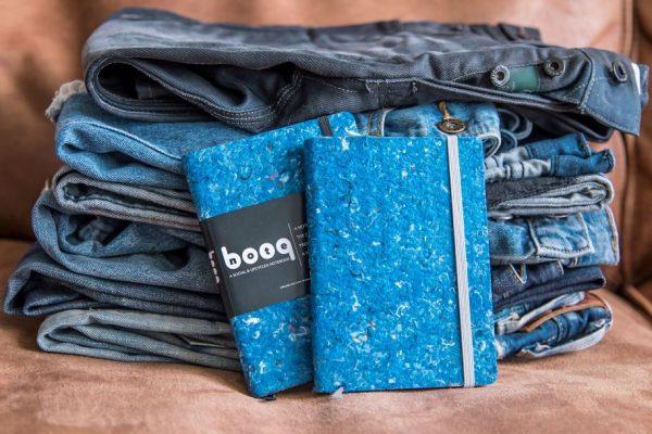 2 notebooq's notitieboeken bij een dikke stapen jeansbroeken