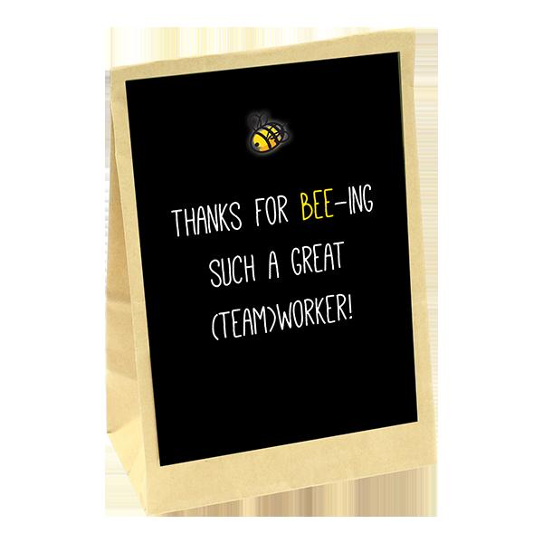 Cadeauzakje met bloembollen. Er zit een zwarte kaart of met de tekst Thanks for beings such a great teamworker