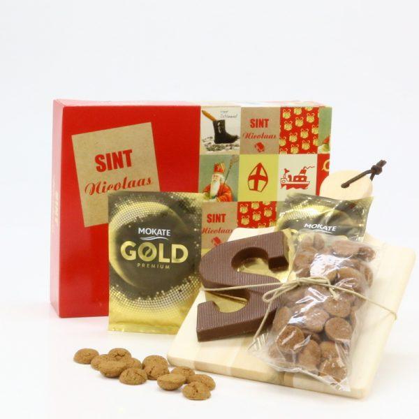Cadeaudoos speciaal voor Sinterklaas met chocoladeletter, pepernoten en 2 zakjes chocolademelk