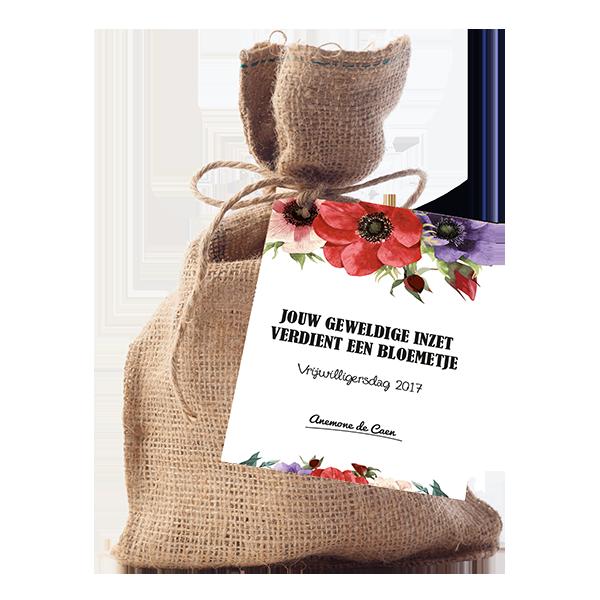 jute cadeau zakje met bloembolletjes. OP het zakje zit een kaart met tekst jouw geweldige inzet verdient een bloemetje