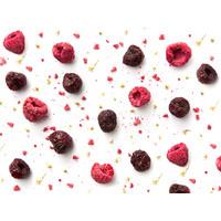 heerlijke framboosjes, en kersen op een witte achtergrond, het fruit wordt verwerkt in de likeur Pineut Kers op de Taart