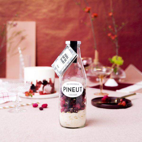 Decoratieve Pineut fles kers op de taart op een gezellige cadeau tafel