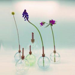 scandinavische design flesjes bij elkaar met bloemetjes erin