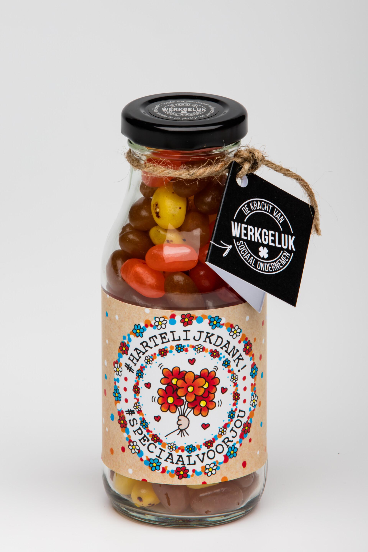 Flesje vol met gekleurde snoepjes, weggeef cadeau met tekst hartelijk dank
