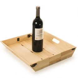 houten dienblad waar een fles wijn opstaat. Tevens wijnkistje een duurzaam relatiegeschenk