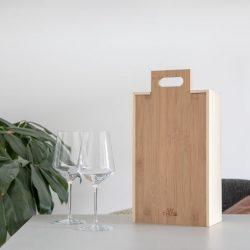 duurzaam relatiegeschenk houten wijnkistje met 2 glazen sfeerfoto