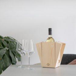fles wijn in wijnkoeler en wijnkistje in 1 duurzaam relatiegeschenk