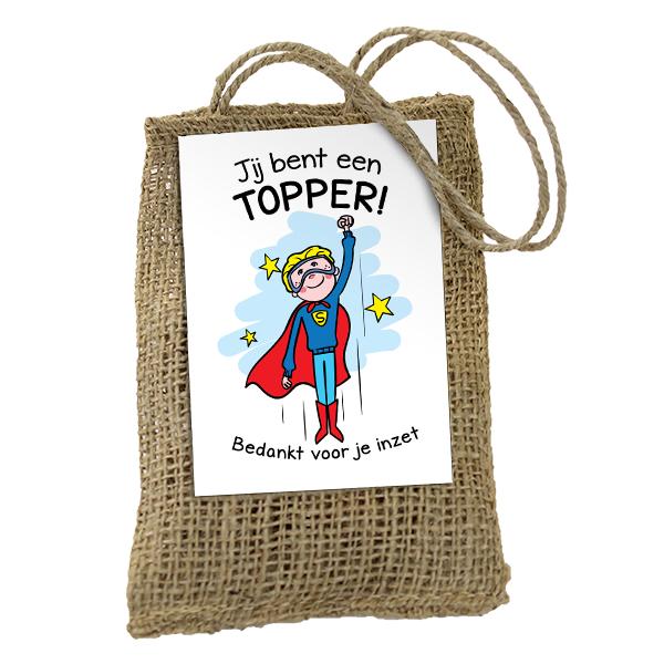 """Jute zakje met bloembolletjes. Op het zakje een kaart met afbeelding van superman. Tekst op kaart """"Jij bent een topper, bedankt voor je inzet"""