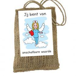 cadeau zakje voor zorgmedewerkers. Op het zakje van jute zit een kaart met een zorg engel en tekst jij bent van onschatbare waarde