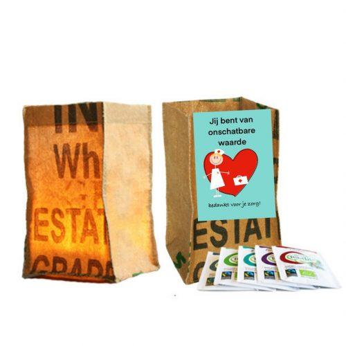 Cadeautje candle bag met kaart voor de zorg tekst jij bent van onschatbare waarde