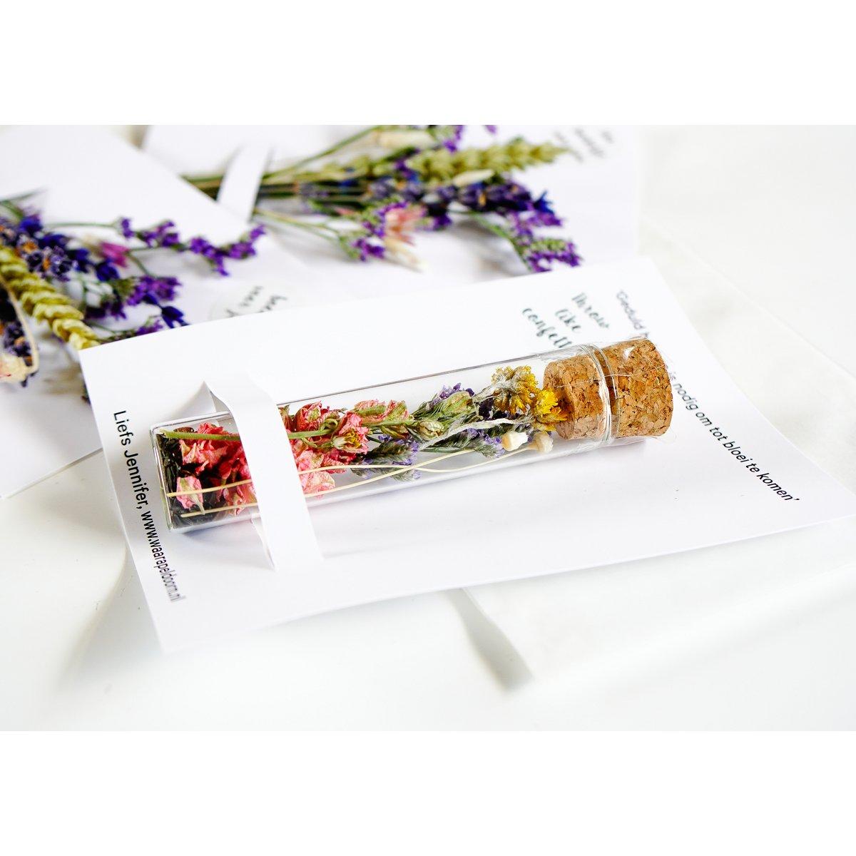 Sfeerfoto van buisje met droogbloemen op een personaliseerbare kaart. Duurzaam relatiegeschenk