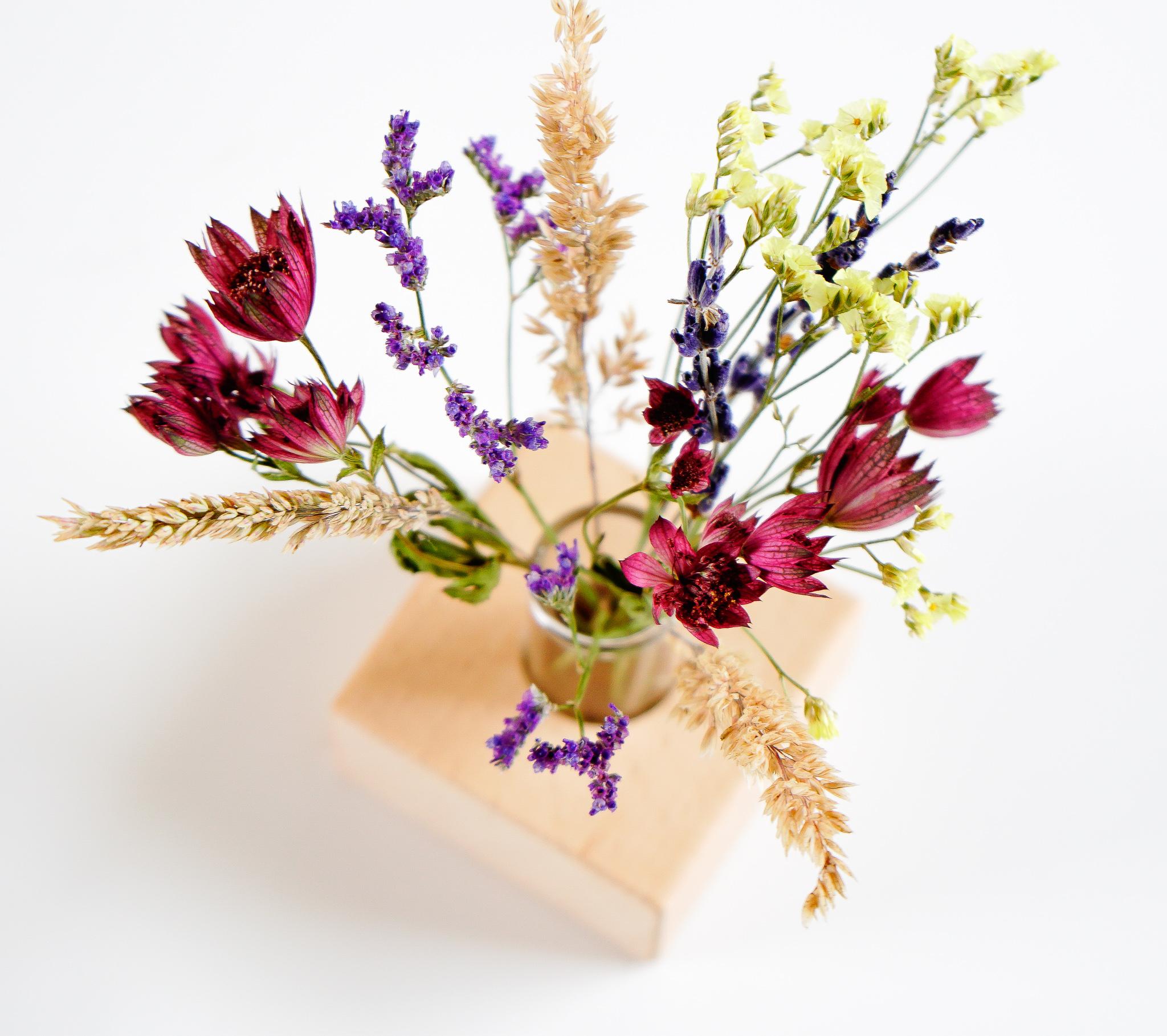Sfeerfoto duurzaam relatiegeschenk mini droogbloemen in houder
