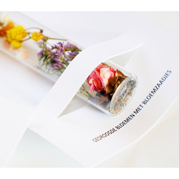 Sfeerfoto van duurzaam relatiegeschenk buisje met droogbloemen