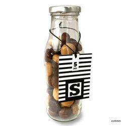 Flesje pepernoten met een zwart wit kaartje met de letter S. Een sinterklaascadeau voor bedrijven