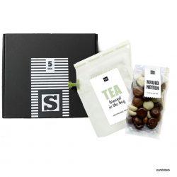 Brievenbusdoosje met daarin thee en kruidnoten. Sinterklaaspakket in strak zwart wit design