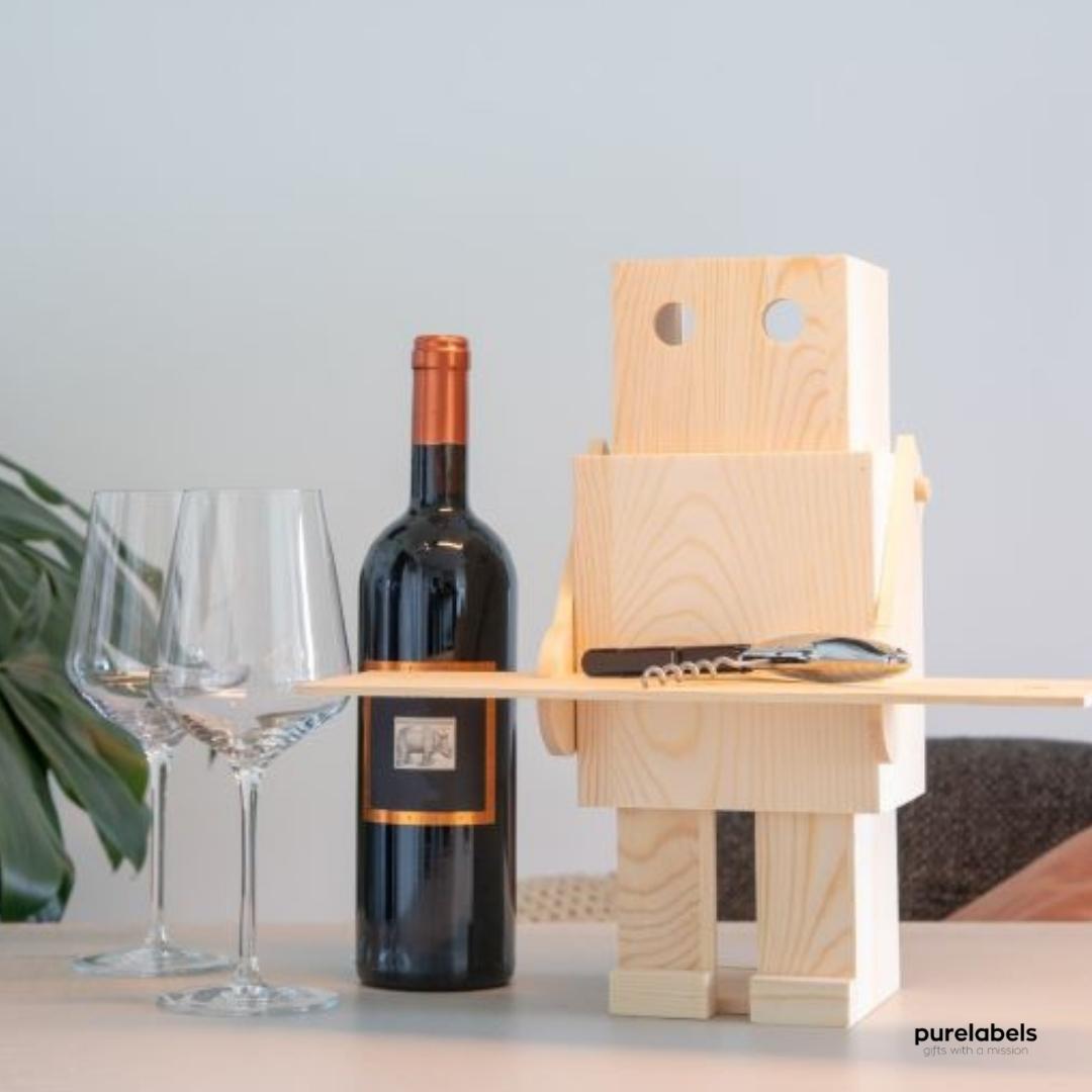 Duurzaam wijnkistje in de vorm van een robot. Afgebeeld met een fles wijn, 2 glazen en een plant