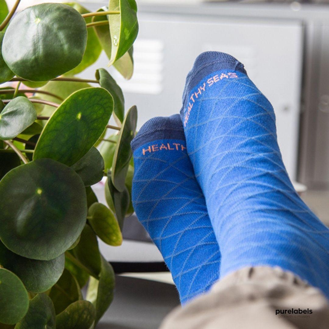 2 voeten met blauwe duurzame Healthy Seas sokken