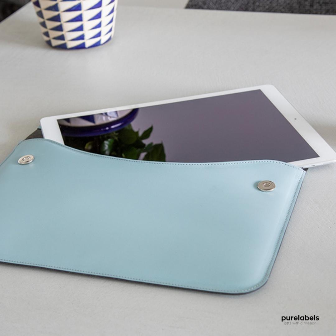 Lichtblauwwe laptopsleeve van gerecycled leer