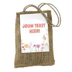 Jute zakje met bloembolletjes. Aan het zakje zit een kaart waarop je eigen boodschap of logo gedrukt kan worden.
